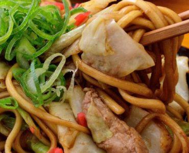 大人も子供も大好き!お初天神で味わう♪大阪ならではのもちもち中太麺「屋台風ソース焼きそば」をどうぞ。